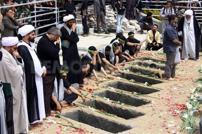 1304782369-mass-funeral-for-soldiers-killed-during-1980s-iraniraq-war-in-tehran_682986